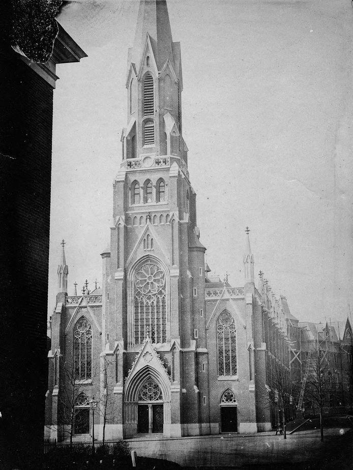 De St. Eusebiuskerk aan het Nieuwe Plein in 1866: de vroegste close-up opname van het kerkgebouw. In de Coehoornstraat zien we dat er nog wordt gewerkt aan de pastorie.