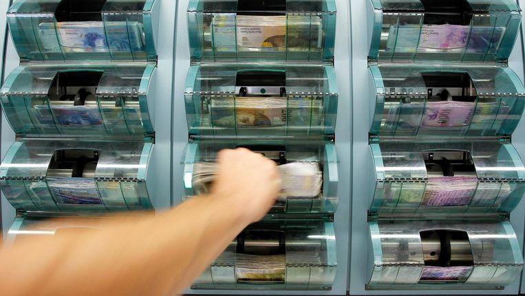 Geldteller in een Zwitserse bank. Beeld reuters