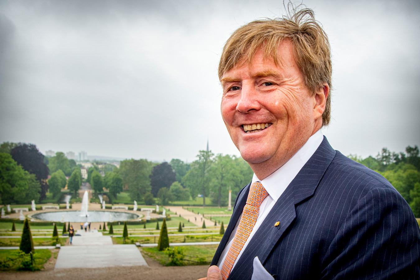 Willem-Alexander krijgt een rondleiding in de fabriek in Bergen op Zoom.