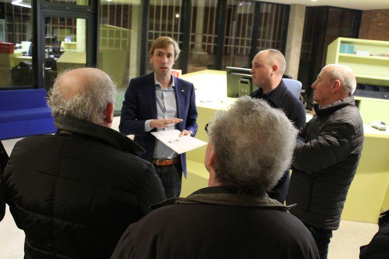 Schepen Bert Wollants (N-VA) nam de petitie van de bewoners van het Leopoldplein in ontvangst.