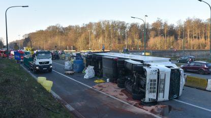 Vrachtwagen geladen met groenten gekanteld op Leonardkruispunt