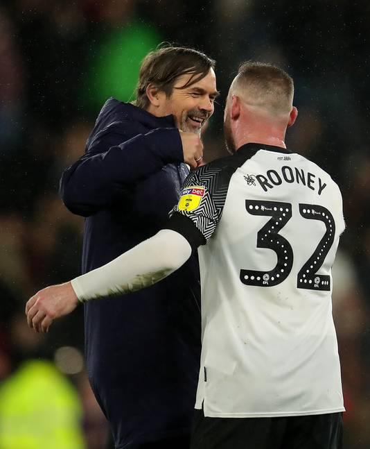 Phillip Cocu en Wayne Rooney vieren de zege op Barnsley.