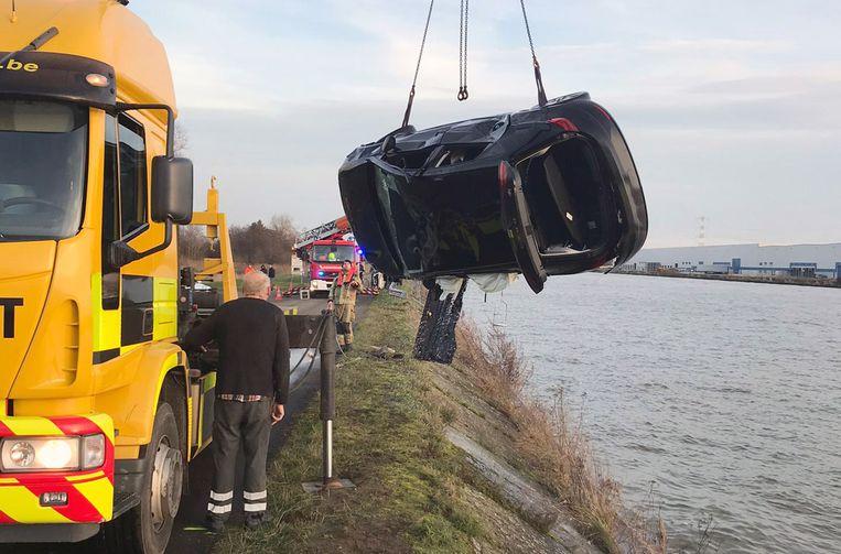De auto werd uit het kanaal getakeld.