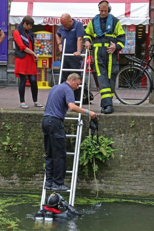 De onfortuinlijke vrouw links wordt geholpen door de brandweer.
