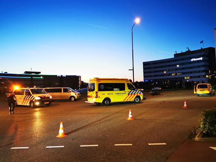 Een motorrijder is ernstig gewond geraakt op het Takenhofplein in Nijmegen na een aanrijding met een bestelbusje.