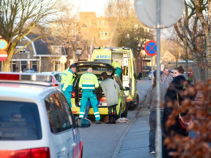 De fietsster die gewond raakte op de kruising van de Van Oldeneellaan en de Spijtenburgstraat wordt nagekeken door ambulancepersoneel.