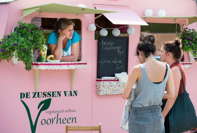 Foodtruck tijdens de Vierdaagsefeesten voorafgaand aan de Nijmeegse Vierdaagse in 2016. Beeld ANP / Piroschka van de Wouw