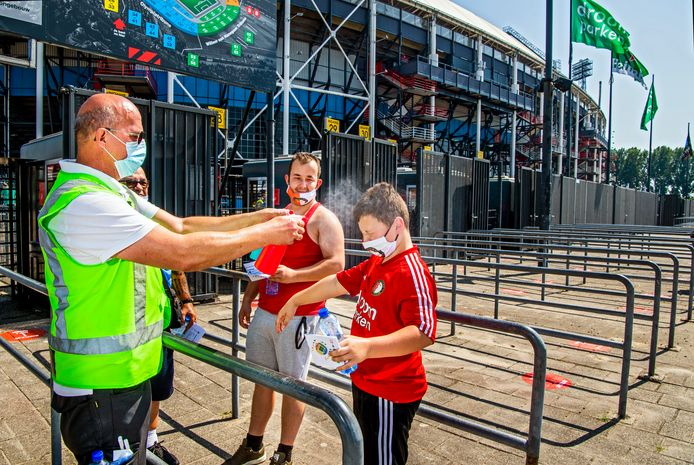 In totaal mochten er maar 3000 supporters in de Kuip plaatsnemen voor de wedstrijd Feyenoord tegen Sparta. Randy Nuis (12) kan met behulp van deze ehbo'er het hoofd koel houden.