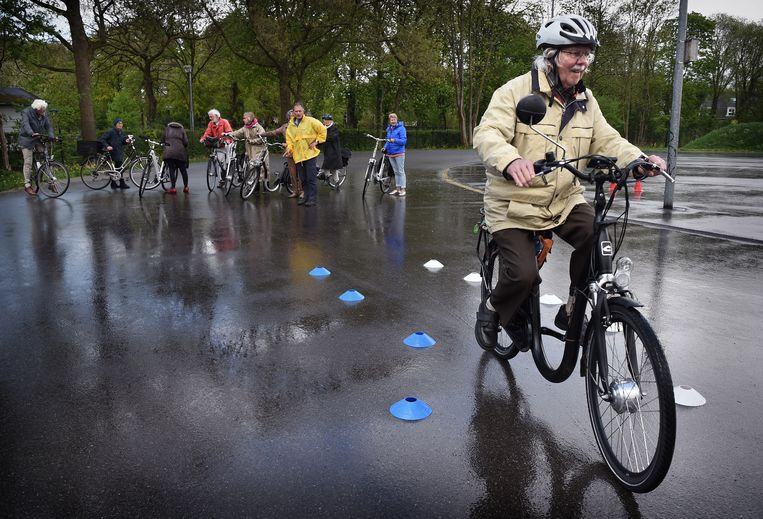 Een 85-jarige man op e-bikecursus Beeld -
