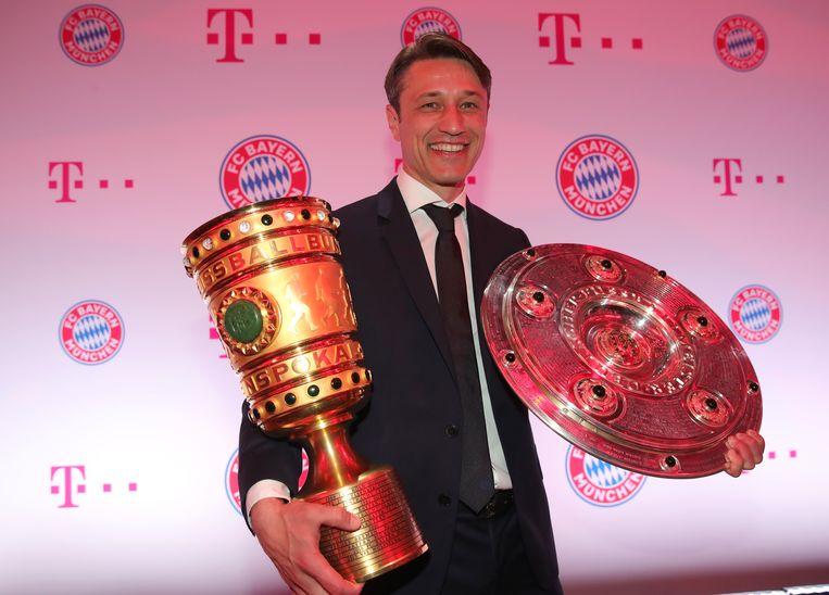 Bayern-coach Niko Kovac met de DFB-beker en de kampioenenschaal.