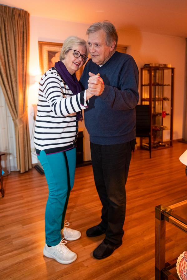 Parkinsonpatiënt Petra Hemme walst op goede dagen met haar man Albert door de woonkamer.