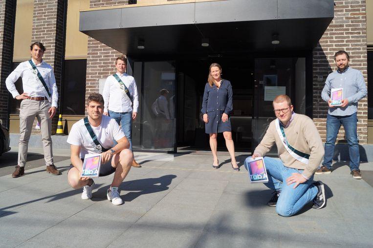 Studentenclub Moeder Gezelle schenkt een partij tablets aan Mivalti. We zien vlnr Mathisse Leys, Remy Desmet, Sies Baert, Regine Moreel (directeur Mivalti), Arne Devolder en Tom Lattré (IT-coördinator Mivalti).