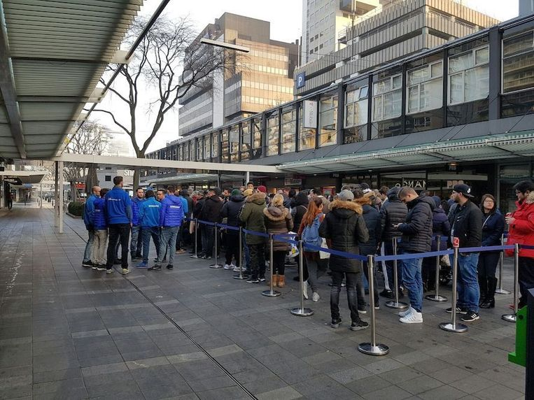 Lange rijen voor de T-Mobile-winkel aan de Rotterdamse Lijnbaan. Beeld Samsung