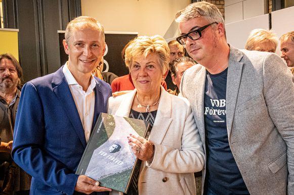 Helmut Lotti overhandigde het eerste exemplaar van VDB Forever, een boek van Stijn Vanderhaeghe, aan Franks moeder Chantal Vanruymbeke.