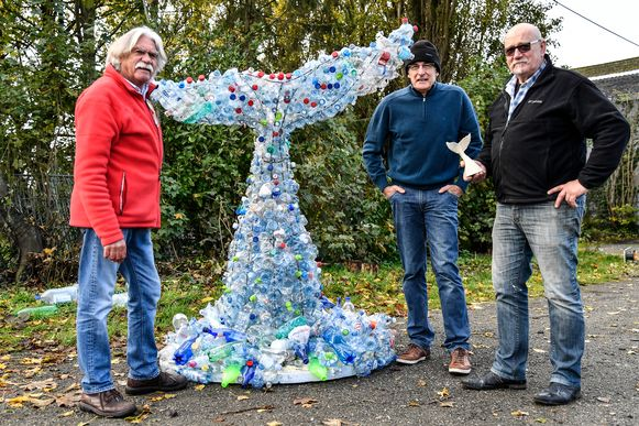 Dirk Van den Nest, Staf Vinck en Martin Claessens baseren zich op een schaalmodel om de Walvisstaart te maken. In werkelijkheid wordt die tien meter hoog.
