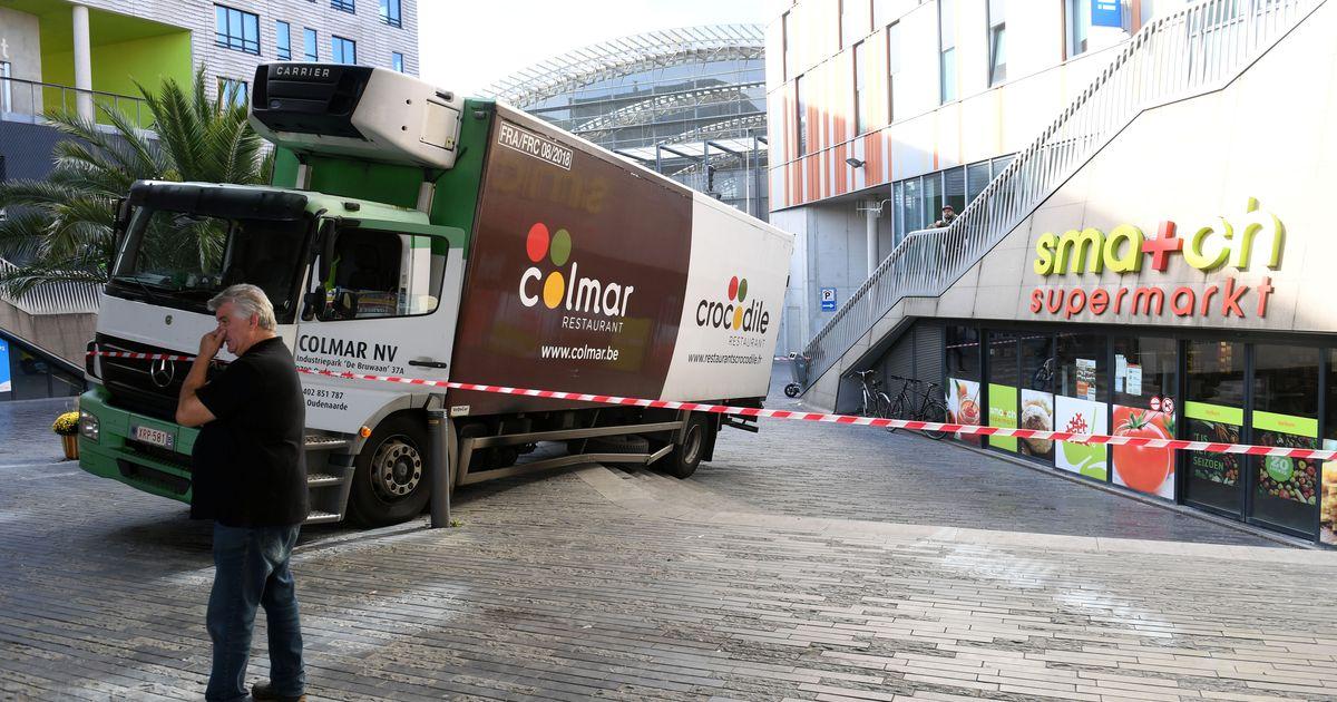 Wonderbaarlijk Vrachtwagen rijdt zich vast op trappen station | Leuven | In de MX-97