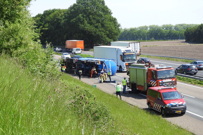 De gekantelde vrachtwagen op de A67.