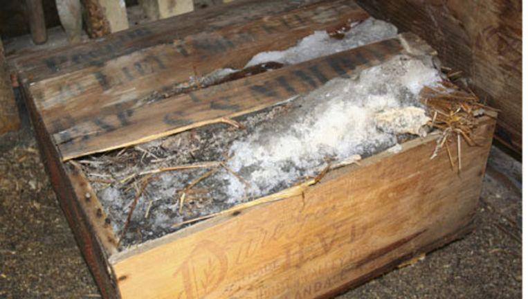 Het krat met whisky dat begin dit jaar werd gevonden onder het ijs van Antarctica. Foto AP Beeld
