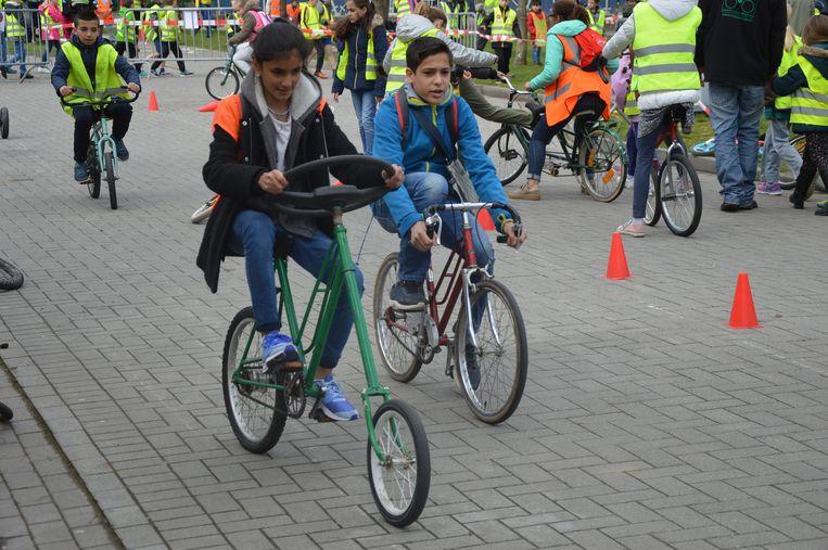 Illustratiebeeld van fietsende kinderen.