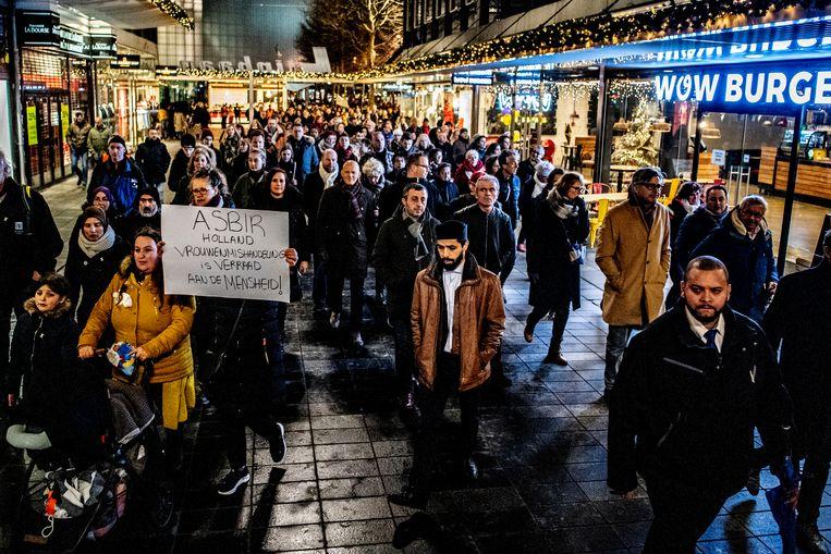 Honderden mensen liepen mee door het centrum van Rotterdam om te demonstreren tegen geweld tegen vrouwen.