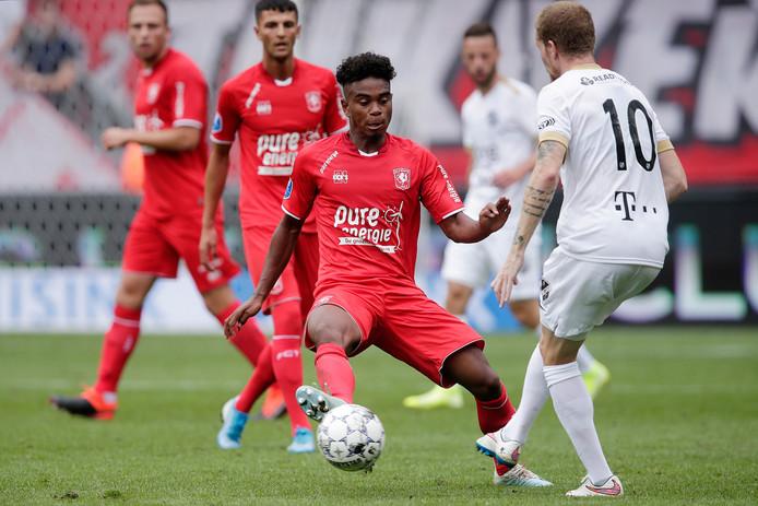 Godfried Roemeratoe duelleert met Simon Gustafson van FC Utrecht.