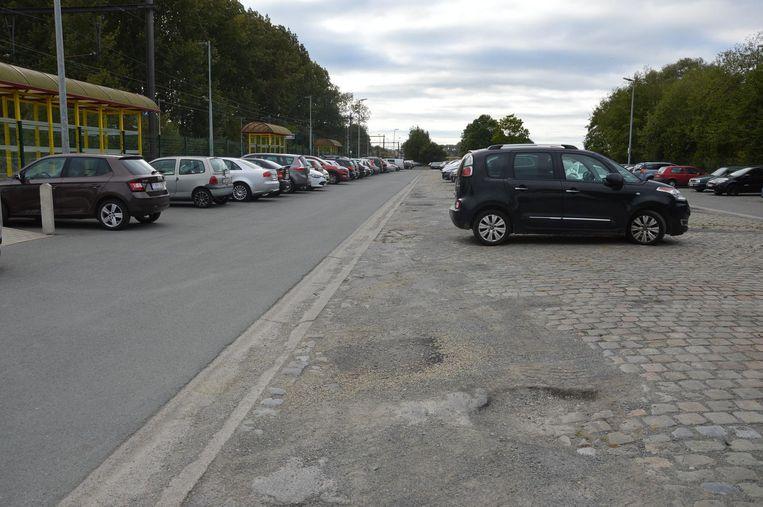 De parking aan het station in Haaltert telt heel wat putten en ligt vol losse steentjes.