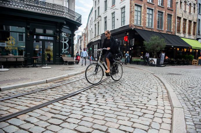 Wie op het stuk trambedding van de Melkmarkt en de Korte Koepoortstraat fietst, riskeert een valpartij op de gevaarlijke kasseien.
