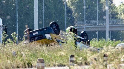 Lichte vrachtauto over de kop na ongeval op E40