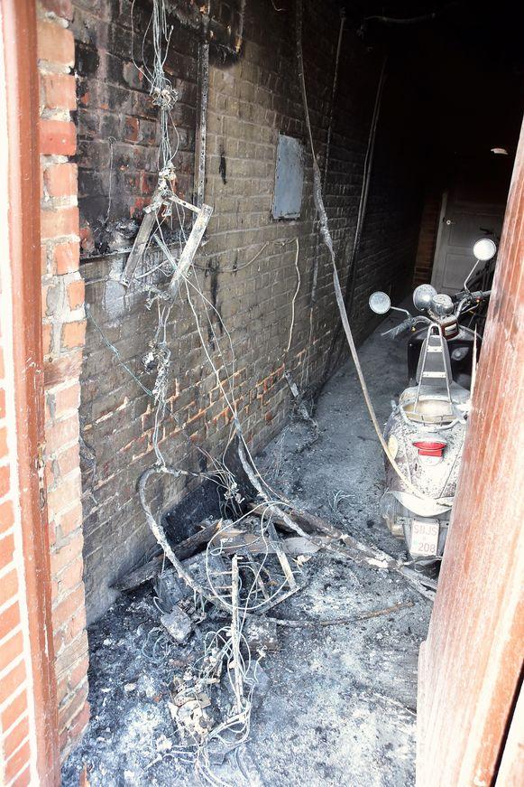 De brand woedde in een doorgang tussen twee rijwoningen, daarbij werden onder meer de twee elektriciteitskasten van de twee huizen vernield.