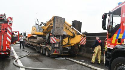 A12 deels versperd door brandende vrachtwagen op viaduct Wilrijk