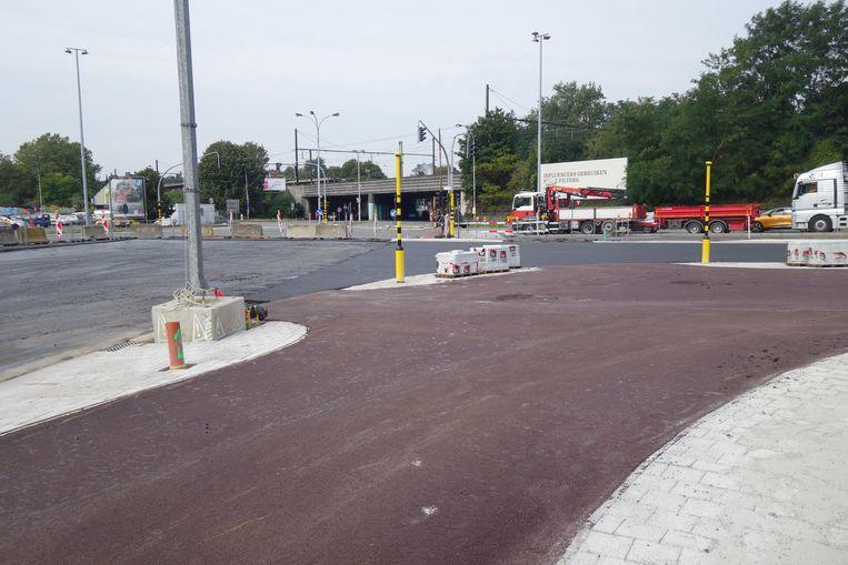 Aan het kruispunt met de Singel hebben fietsers en voetgangers nu een ruime wachtzone waar ze veilig en comfortabel kunnen wachten aan de verkeerslichten.