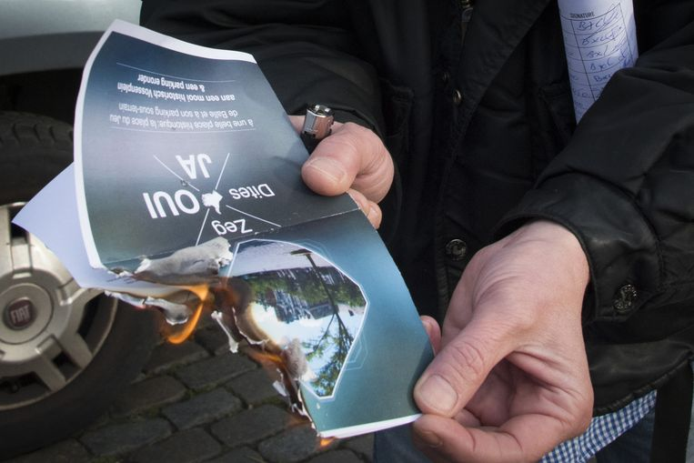parking onder Vossenplein: uit protest wordt pamflet van Ampe in brand gestoken TEKST Amaury