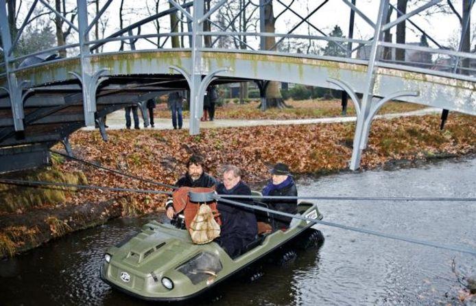Burgemeester Huisman onthult het Hohmanneke vanuit een amfibievoertuig. Achter hem Piet Hohmann. foto Johan Wouters/het fotoburo
