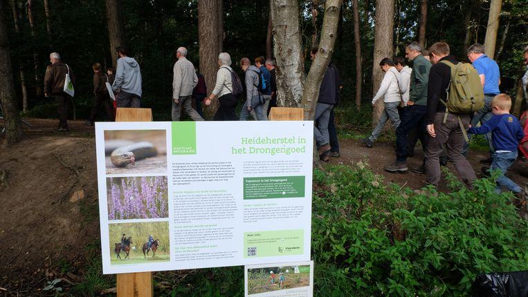 Bezoekers krijgen uitleg over de werken op grote infopanelen.