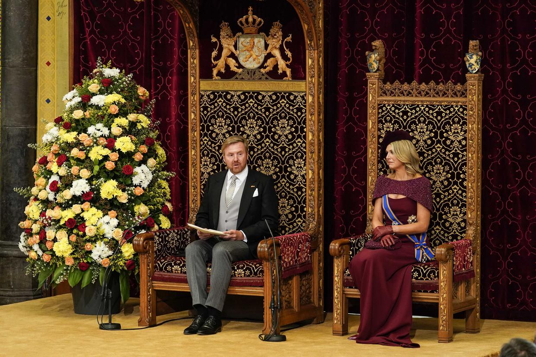 Koning Willem-Alexander leest, met aan zijn zijde koningin Máxima, de troonrede voor in de Ridderzaal.