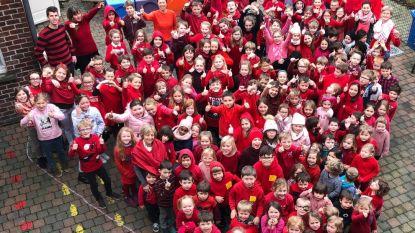 Kinderen 't Essenhofje trekken dikke rode trui aan