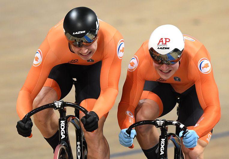 Harrie Lavreysen (links) en Jeffrey Hoogland strijden zij aan zij om de wereldtitel op de individuele sprint, het koningsnummer van het baanwielrennen. Lavreysen won overtuigend.  Beeld AFP