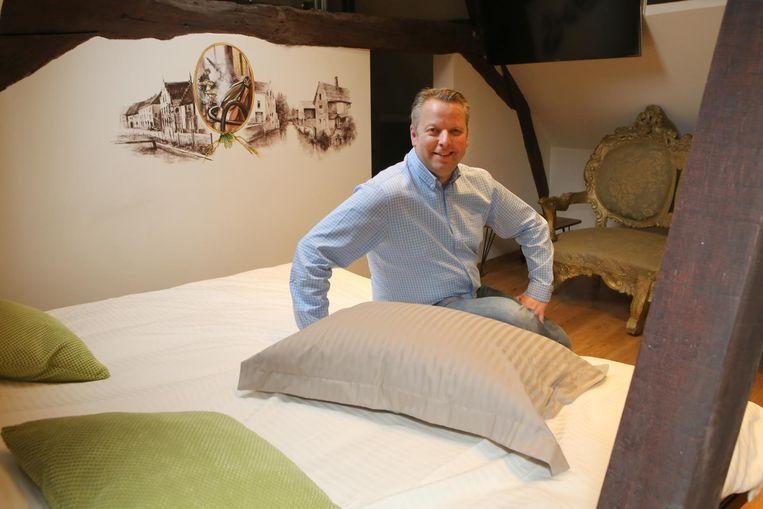 Jan Van Roey in zijn bed and breakfast in het pand naast het biercafé.