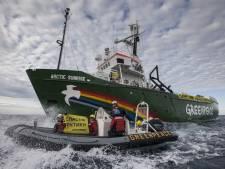 Les garde-côtes russes à bord du brise-glace de Greenpeace en Arctique