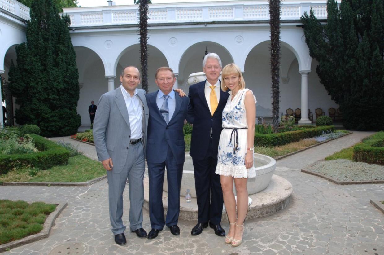 De Oekraïense oligarch Viktor Pintsjoek (links) is al lang bevriend met de Amerikaanse oud-president Bill Clinton. Hier poseren ze samen met oud-president van Oekraïne Leonid Koetsjma en Pintsjoeks vrouw Olena (tevens dochter van Koetsjma) in Jalta, juni 2007. Beeld Pinchukfund