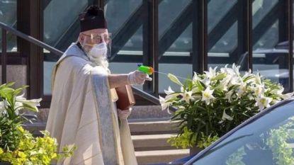 Amerikaanse priester besproeit kerkgangers met wijwater op afstand