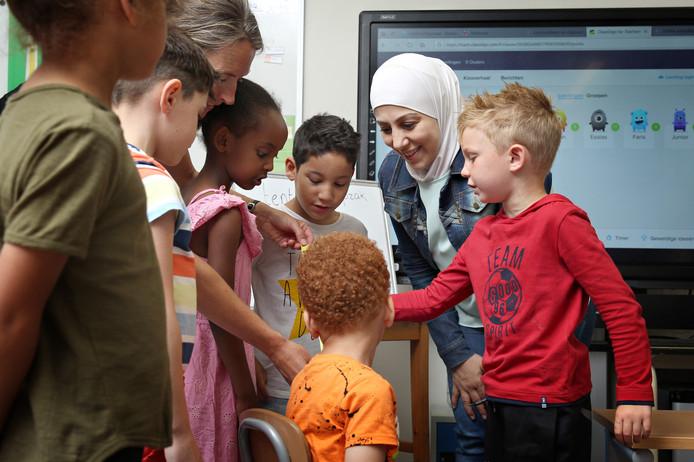 Statushouder Abeer Alshekh werkt twee dagen per week als onderwijsassistent.