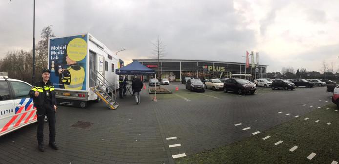 Het mobiele media lab van de politie stond vrijdagmiddag op het parkeerterrein in Uden-Zuid. Links Ed Sabel die vandaag voor de 1000e de voorlichtingstruck neerzette.
