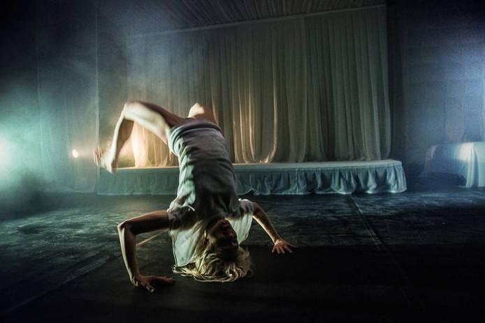 Scène uit een voorstelling van het Eindhovense dans-performance gezelschap United C, dat als het aan de provincie ligt, geen subsidie krijgt. foto united c
