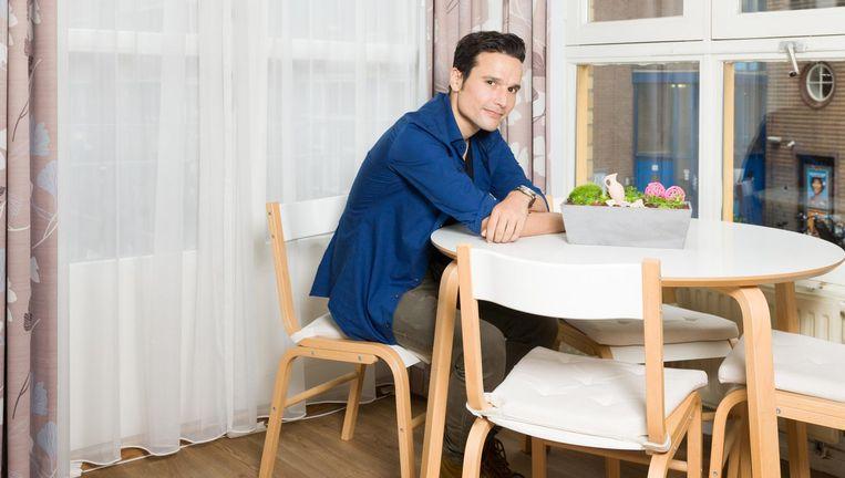 Regisseur Tim Oliehoek in verzorgingshuis Flesseman. Zijn nieuwe serie Het geheime dagboek van Hendrik Groen speelt zich af in een verzorgingshuis in Amsterdam-Noord. Beeld Ivo van der Bent