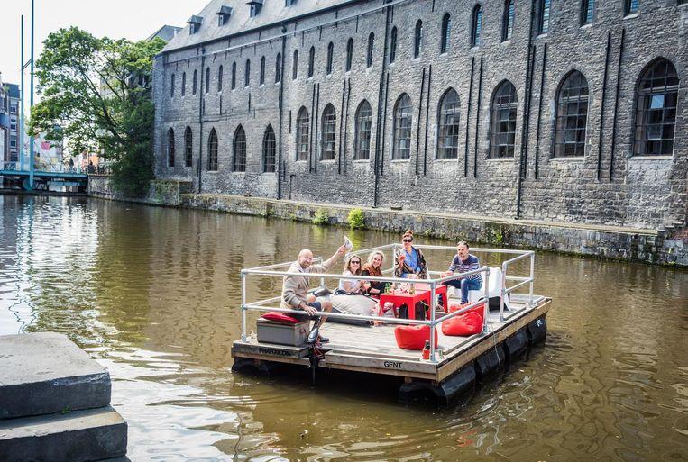 Het vlot op zijn rondvaart, tegen 8 kilometer per uur, op de Gentse binnenwateren.