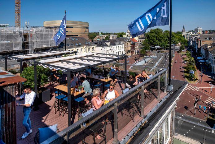 De Blou Rooftopbar is coronaproof op grote hoogte.