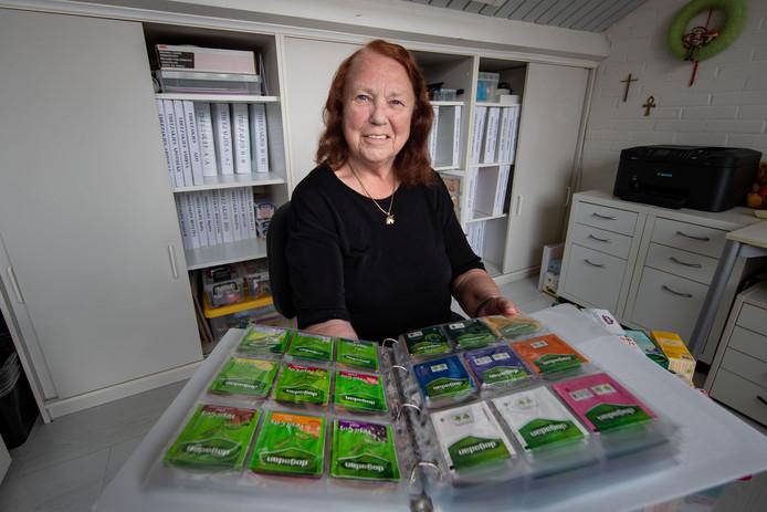 Marietje van Essen verzamelt al twintig jaar theezakjes. Heeft er inmiddels 38.000, verdeelt over mappen in drie kasten.