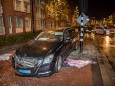 Taxi moet uitwijken voor fietser en richt ravage aan in Tilburg