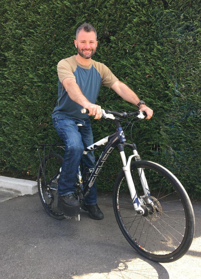 Haar man Andrew op zijn fiets.